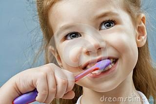 11 teeth-brushing-little-girl-39012970
